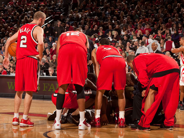 The Blazers surround Greg Oden following his kneecap injury in December, 2009 (Getty Images)