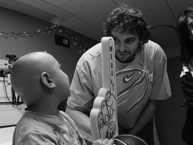 Pau Gasol visits Los Angeles' Children's Hospital in December of 2009 (Getty Images)