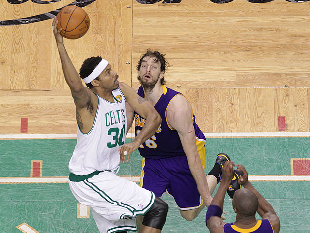 Rasheed Wallace stupefies Pau Gasol with his post play. (Getty Images)