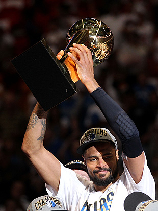 Tyson Chandler will receive his 2011 NBA championship ring when the Knicks take on the Mavericks in Dallas on Tuesday. (Getty Images)