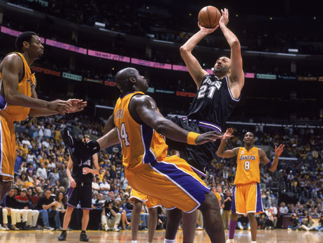 Shaq clearly flops as Vlade Divac shoots, which is totally where Vlade got the idea from (Getty Images)