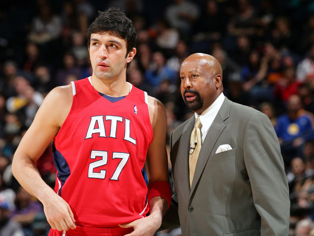 Zaza Pachulia and Mike Woodson scan the crowd for hot dames (Getty Images)