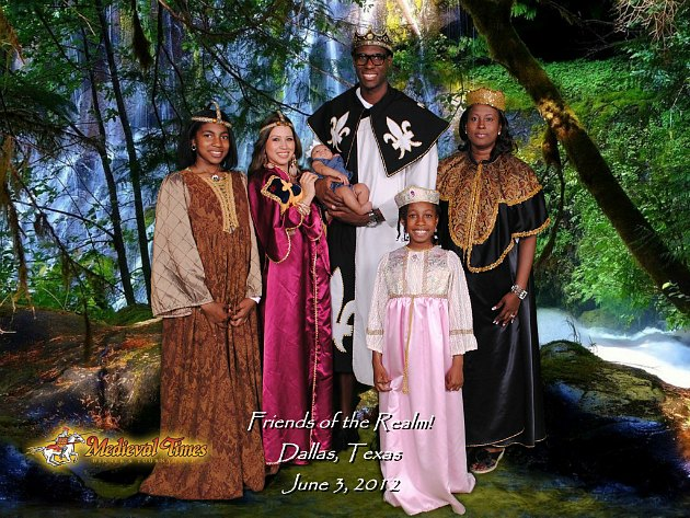 Ian Mahinmi and his family pose at Medieval Times (via @ianmahinmi on Twitter).