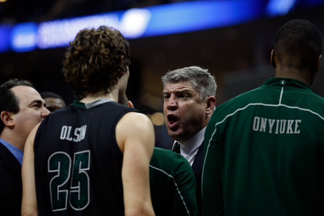 Loyola coach Jimmy Patsos talks to his players (Getty Images)