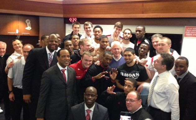Bill Clinton snaps a photo with the entire Louisville team and staff (via @MattNorlander)