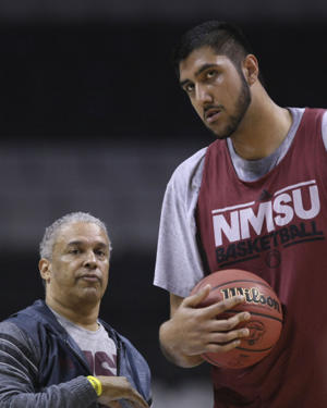 Sim Bhullar and New Mexico State coach Marvin Menzies (USA Today Sports Images)