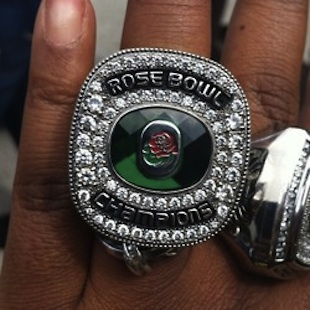 Oregon players show off blingy Rose Bowl rings