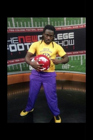 Alex Collins, in a picture he posted on Twitter announcing his decision to go to Arkansas (@Budda03)