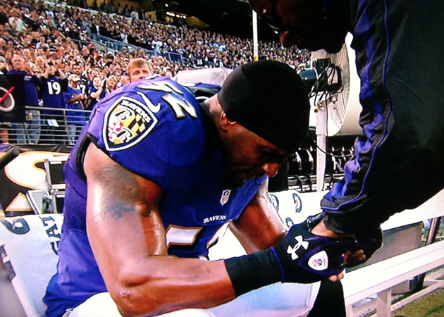 Ray Lewis says a prayer, fights back tears before Monday night's game