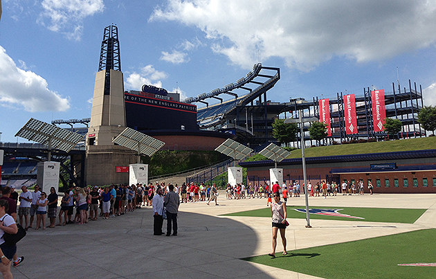 Patriots fans line up in the shade (Brian McIntyre/Yahoo! Sports)