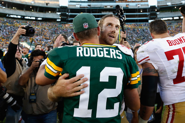 Aaron Rodgers and Alex Smith catch up after Sunday's 49ers win. (Getty Images)