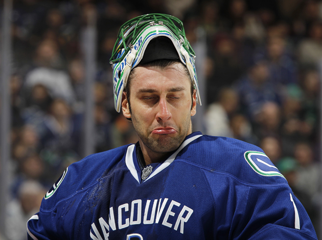 Roberto Luongo teams up with Vancouver's 'Shap Crew' for award ceremony, speech (VIDEO)