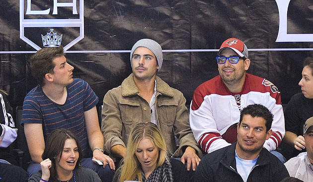 Zac Efron sits next to a Coyotes fan.