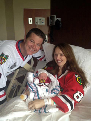 Pregnant Blackhawks fan goes into labour during Game 5, waits for it to end