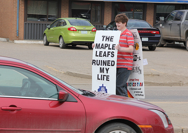 Leafs fan loses bet to Bruins fan, wears his shame on sandwich board (Photos)