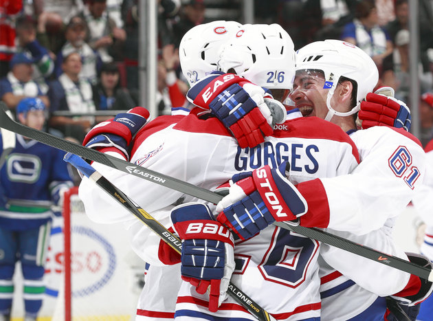 Hockey Hugs: Johan Franzen, ugly hugger; Carlton wants in on that