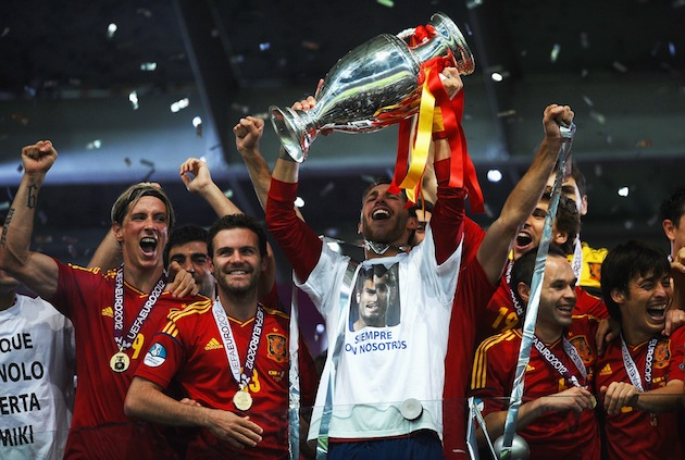 Chelsea's Fernando Torres, Juan Mata and Man City's David Silva (far right) celebrate Spain Euro 12 title. (Getty)