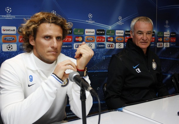 Diego Forlan (left) and Claudio Ranieri are not wearing friendship bracelets. (Reuters)