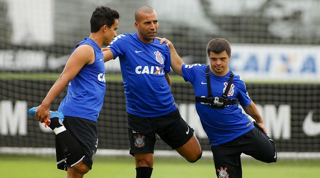 Footballer with Down syndrome trains with Corinthians, films it from ...