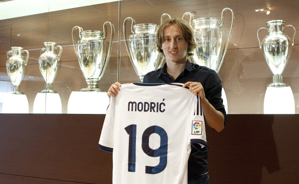 Luka Modric poses with his new Real Madrid shirt. (Getty)