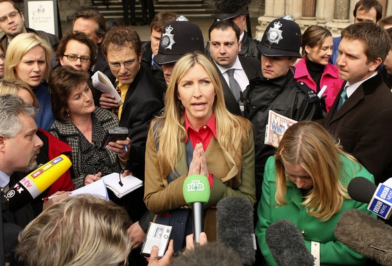 Mills talks to reporters about her divorce settlement in 2008. (Getty)
