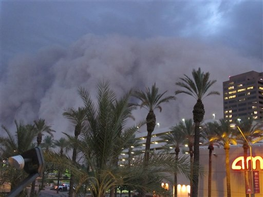 A dust storm hits Phoenix on July 5 (AP photo / Amanda Lee Myers)