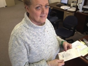 Carol Sutor holds an envelope that contained $30,000 cash (Photo courtesy of Phillyburbs.com)