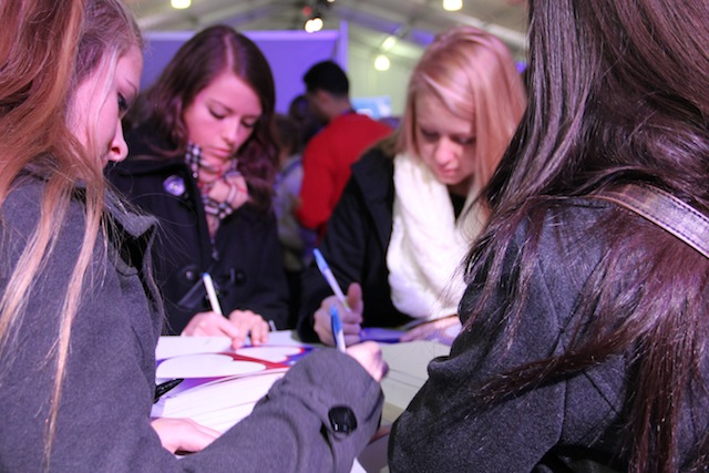 Girls write letters to wounded veterans. (Chris Moody/Yahoo News)