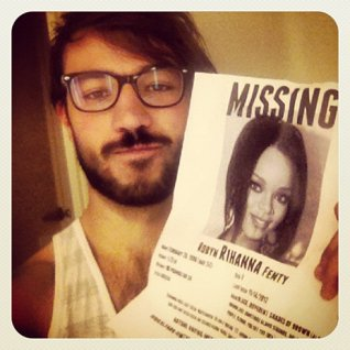 MTV Güik VJ Diego Alfaro made and posted a missing person's poster on the 777 Tour plane.