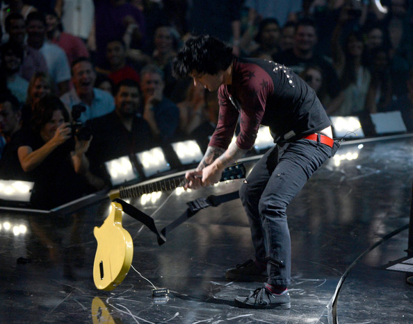 Billie Joe Armstrong smashes his guitar at the iHeartRadio Festival (Getty Images)