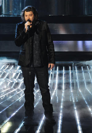 Josh sings at the finale [photo: Fox]