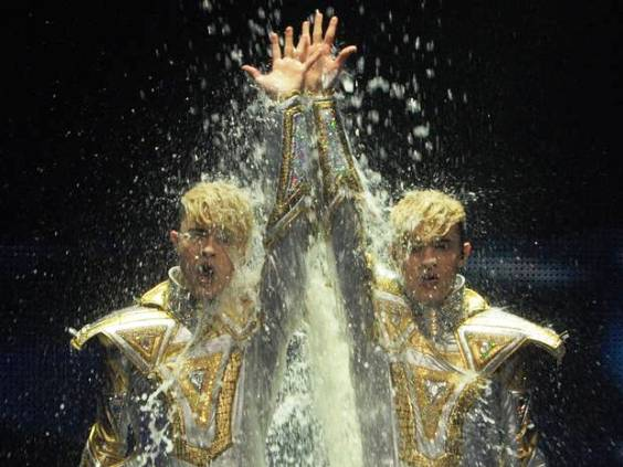 "Jedward Light It Up For Jepic ""Luminous"" Video"