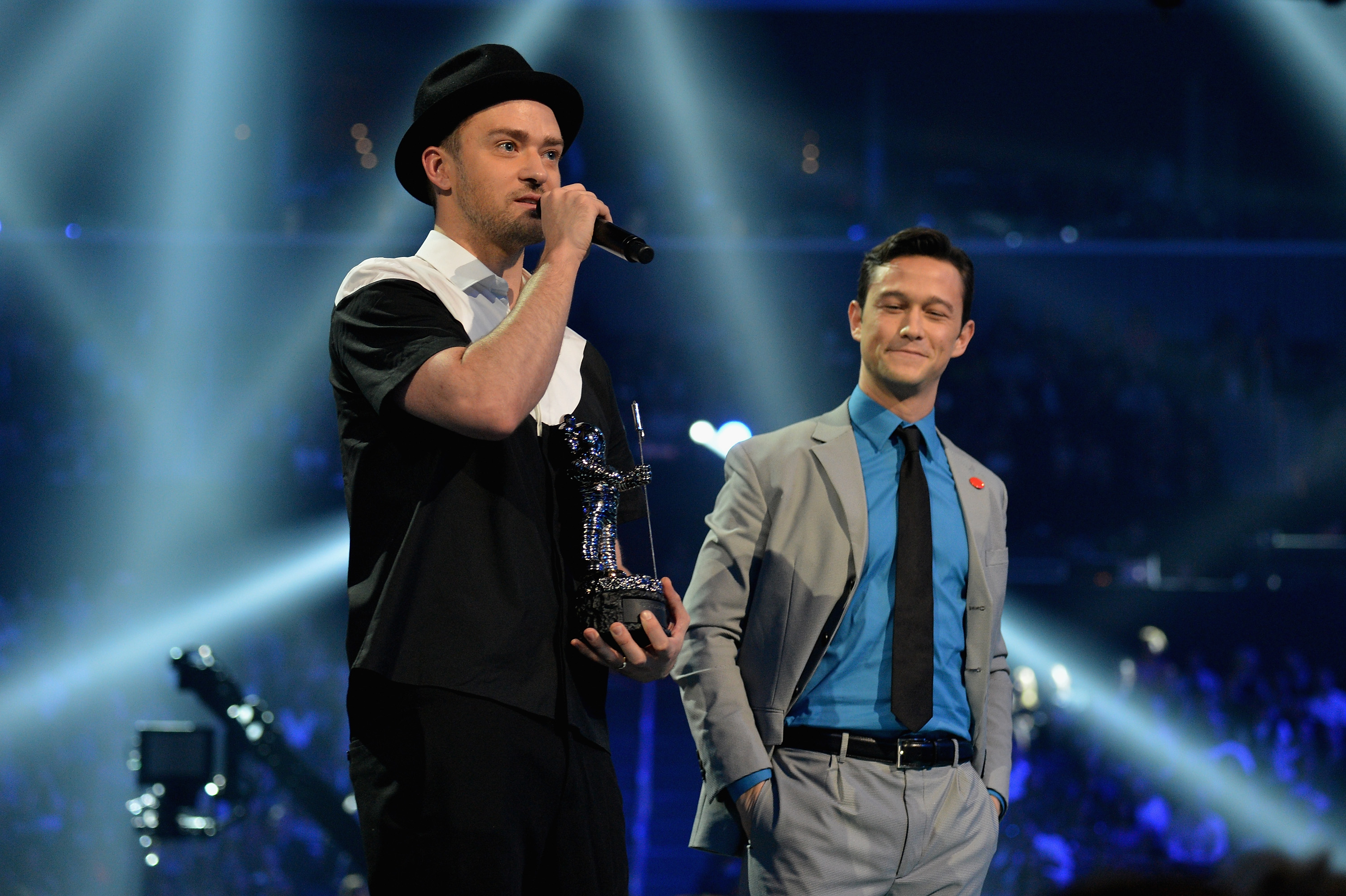 Justin Timberlake receives the award for Best Video from Joseph Gordon-Levitt (Getty Images)