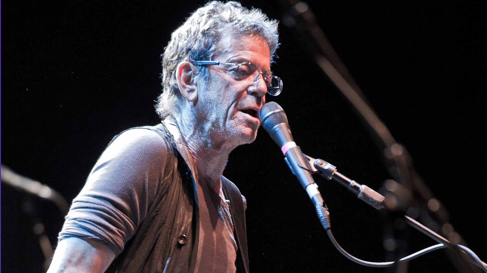 Lou Reed passes away, stars react on Twitter.
