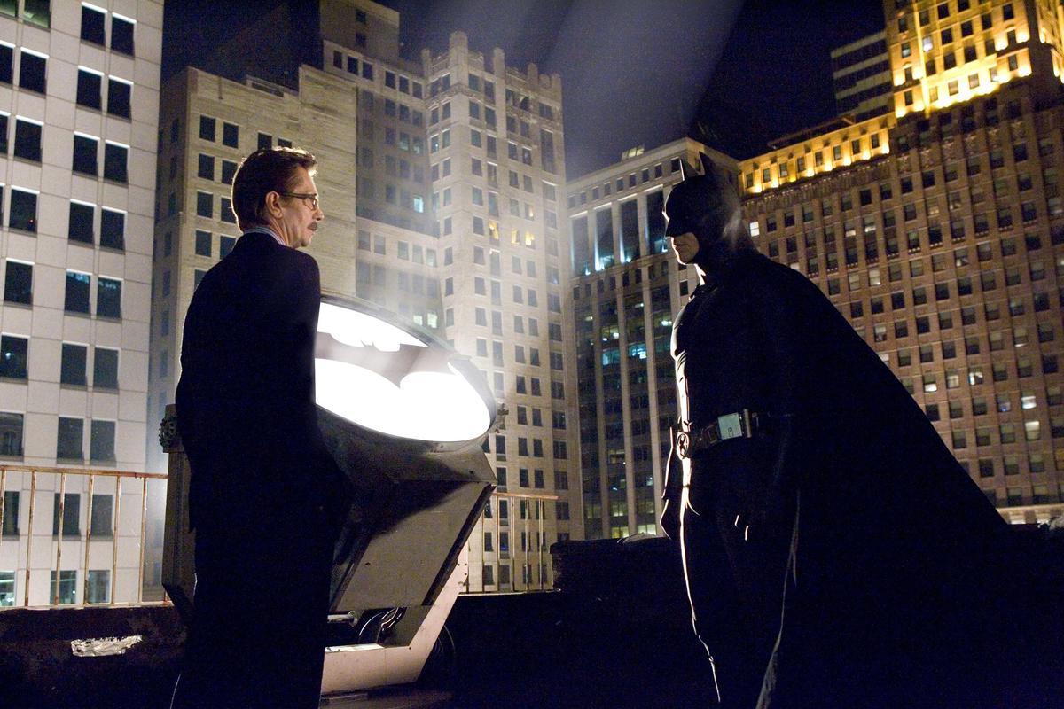 在以往的《蝙蝠俠》電影,高登局長被拍成一個什麼都不會的笨警察,但蓋瑞歐德曼《黑暗騎士》的詮釋,卻讓這個角色與蝙蝠俠形成一種對照組。(東方IC)