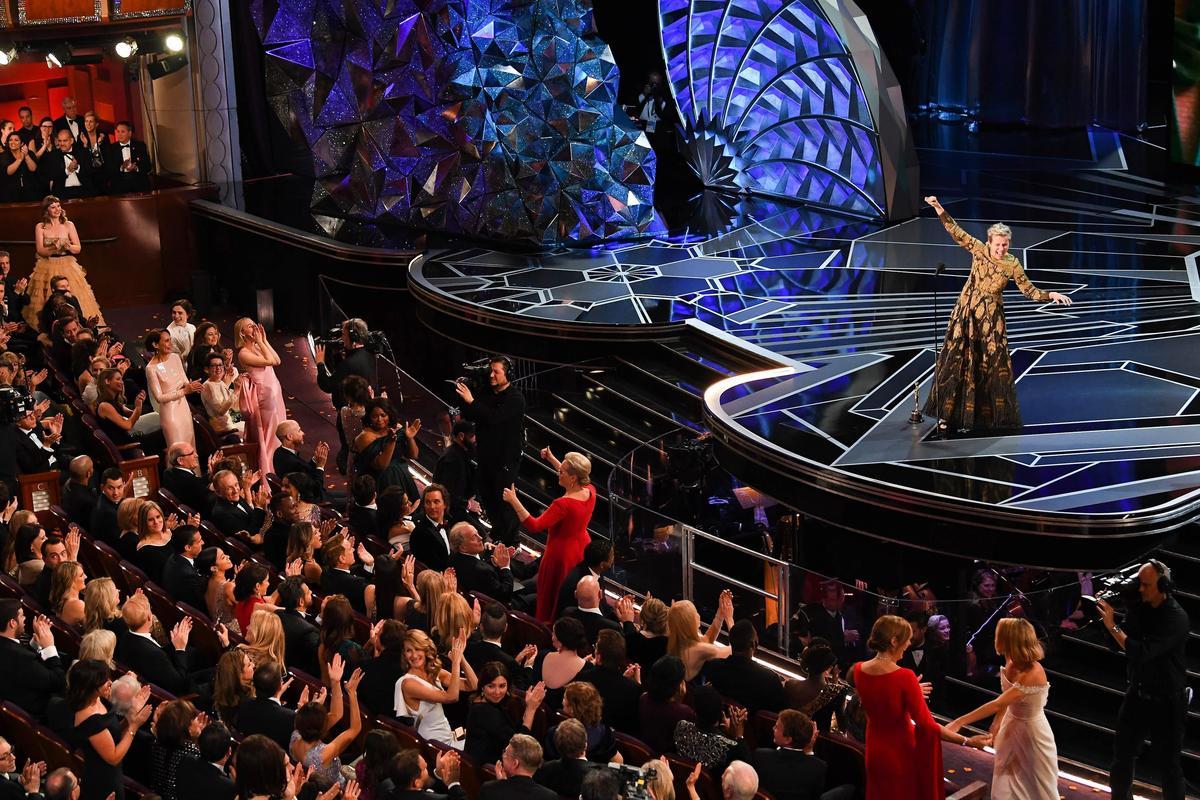 法蘭西斯二度封后後,在台上要求女性電影工作者起立接受大家的致意。(東方IC)