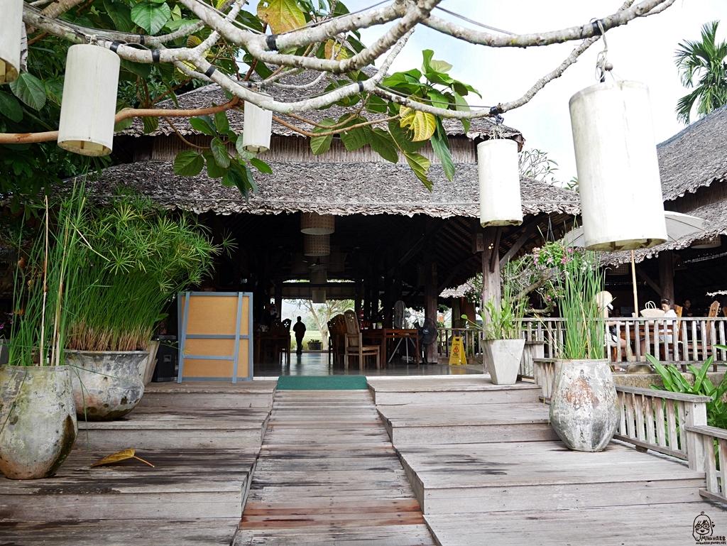 『泰國。擺鎮』Pai推薦住宿 Phu Pai Art Resort(普拜藝術度假村)|網美最愛獨棟VILLA森林田園風 室外泳池可俯瞰著一望無際的稻田和山嵐美景|2018/1117-1125 清邁|清萊|擺鎮 國際水燈節自駕八天七夜之旅