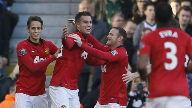 Premier League - Rooney and Van Persie combine to help United sink Fulham