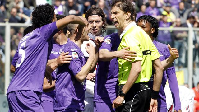 Serie A - Ten-man Fiorentina fight back against Milan