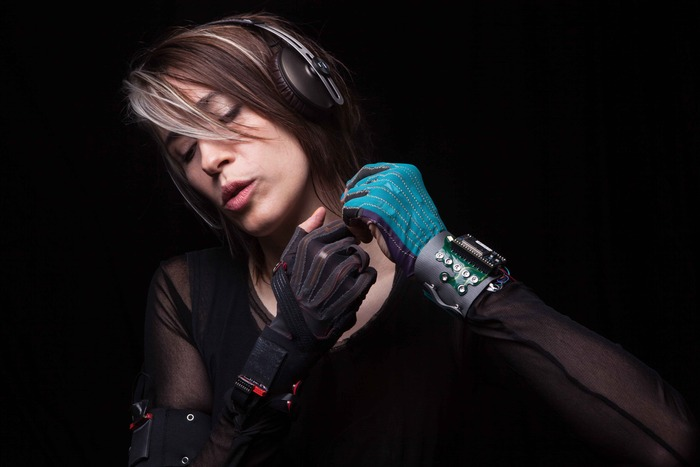 Video: Incredible computerized glove lets you make music with the flick of a wrist