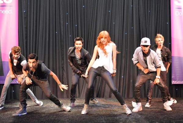 Bella-Thorne-and-IM5-performing