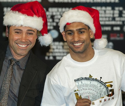 "Oscar De La Hoya poses with Amir ""King"" Khan during a press conference. (AP)"
