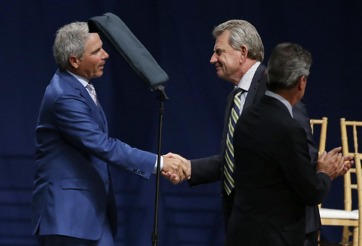 U.S. captain Fred Couples, left, shakes hands with International captain Nick Price during the opening ceremony for the Presidents Cup golf tournament, Wednesday, Oct. 2, 2013, in Columbus, Ohio