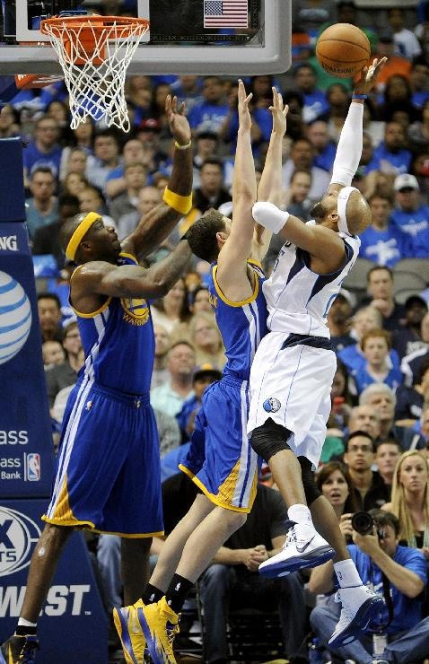Dallas Mavericks guard Vince Carter (25) shoots over Golden State Warriors guard Klay Thompson, center, and Jermaine O'Neal (7) in the first half of an NBA basketball game, Tuesday, April 1, 2014, in Dallas
