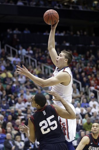 Kaleb Tarczewski shoots over Harvard's Kenyatta Smith on Saturday. (AP)