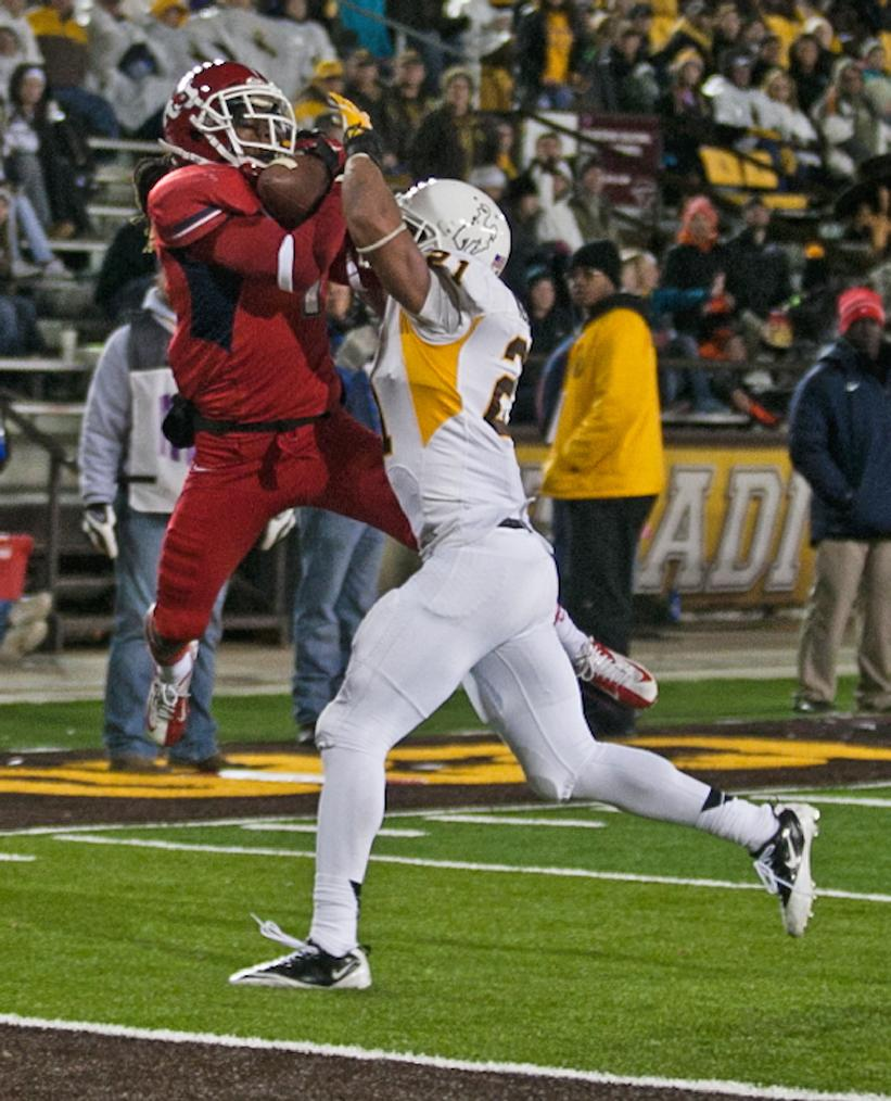 Fresno State widereceiver Isaiah Burse (1) catches the second touchdown for Fresno over Wyoming defender Mark Nzeoche (21) during the first half against the Wyoming Cowboys Saturday Nov. 9, 2013 at War Memorial Stadium in Laramie, Wyo