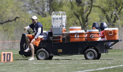 Chicago Bears' Robbie Gould watches teammates during NFL football minicamp, Tuesday, May 14, 2013, in Lake Forest, Ill