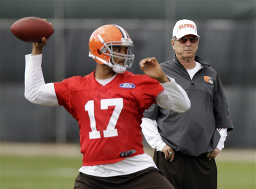 Cleveland Browns offensive coordinator Norv Turner watches quarterback Jason Campbell (17) during an off-season workout at the NFL football team's practice facility in Berea, Ohio Thursday, May 23, 2013