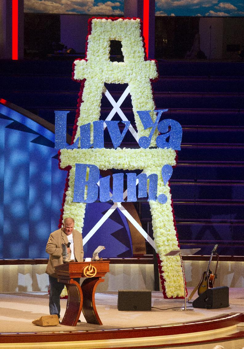 Former Houston Oilers player Carl Mauck speaks during a memorial service for Bum Phillips on Tuesday, Oct. 29, 2013, in Houston. Phillips, the former Oilers and New Orleans Saints coach, died Oct. 18 at age 90