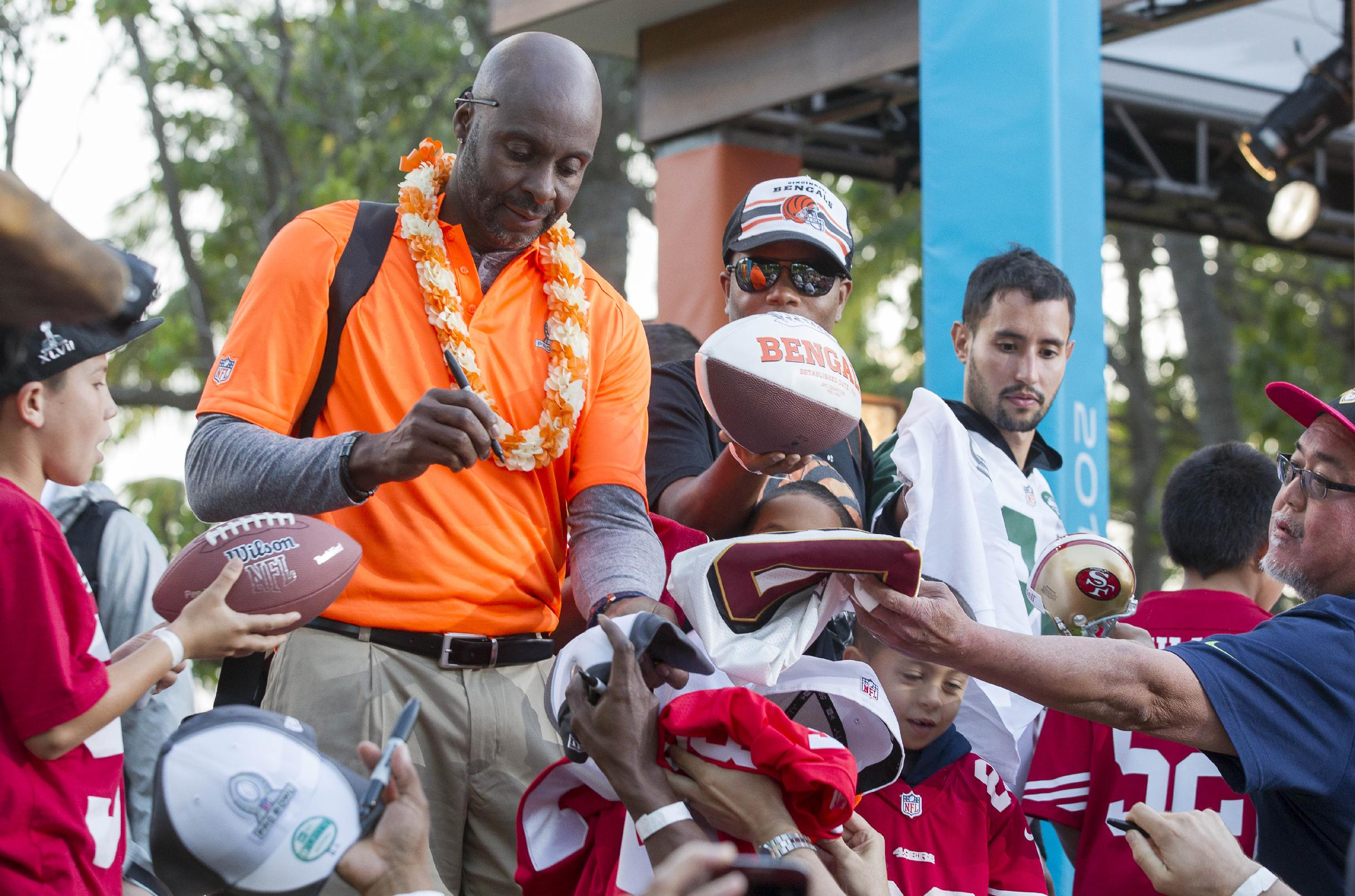 Jerry Rice, left, alumni captain of Team Rice, signs autographs for fans at the end of day two of the NFL football Pro Bowl draft, Wednesday, Jan. 22, 2014, in Kapolei, Hawaii